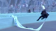 Un salto de pesadilla: un paracaidista se queda colgado sobre un circuito de NASCAR