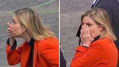 Una ministra se olvida la mascarillas en el Día Nacional de Francia y reacciona así: ¡se quería mori