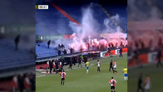 Locura en Holanda: los fans del Feyenoord se cuelan en el campo y lanzan bengalas