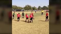 Sorprendente puntería de un niño futbolista