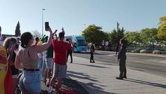 Tranquilidad y seguridad en la llegada de los autobuses de España y Suecia a La Cartuja
