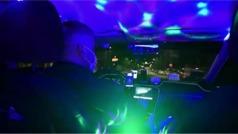 Un taxista griego convierte su coche en una discoteca: ¿llegará la idea a España?