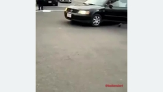 Un individuo quiere poner explosivos en plena concentración... ¡y acaban en su propio coche!