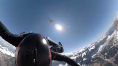 El 'Hombre Avión' vuela sobre los Dolomitas con su mochila con alas a 300 km/h