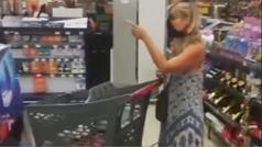 Una mujer usa su propio tanga como mascarilla tras ser abroncada en una tienda