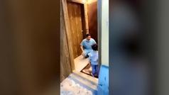 Las lágrimas de un médico cuando llega a casa de trabajar y no puede abrazar a su hijo