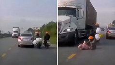 ¿La salvada más épica jamás grabada?: van 3 en una moto, madre e hija caen al suelo y pasa esto