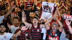 Locura en Brasil: Pasillo humano de miles de personas para despedir al Flamengo