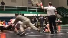 Un padre furioso ataca violentamente al luchador que acaba de ganar a su hijo