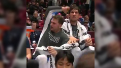 La divertida 'pelea' entre Doncic y Marjanovic en el banquillo de los Mavs