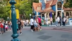 La violenta y brutal pelea de una familia en el Disneyland de California