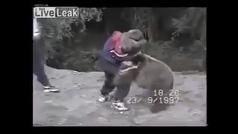 El pequeño Khabib, cuando tenía 9 años, enfrentándose a un oso