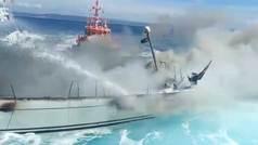 Espectacular incendio de un velero en España con sus ocupantes huyendo a la desesperada
