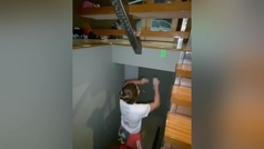 La escaladora olímpica que practica en su casa escalando por las paredes y los muebles