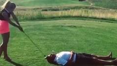 Una golfista modelo golpea un driver en la cara de un hombre... ¡para volarle la cabeza!