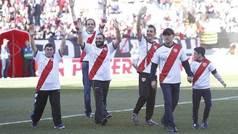 Los actores de 'Campeones' se dan un baño de masas en Vallecas