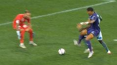 Cuando defensa y portero deciden regalarte el partido: ¿tuya?, ¿mía?... ¡pues del delantero y gol!