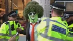 Se disfraza de brócoli para protestar contra el cambio climático en Londres