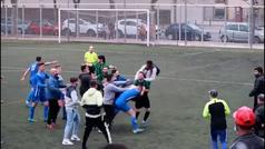 Intolerable batalla campal en la Tercera catalana: ¡hasta la afición saltó a pegarse!