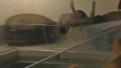 Salta de cabeza a la piscina desde una ventana... ¡y choca de frente contra la valla de cristal!
