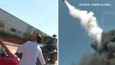 Explota una fábrica en Estambul y los reporteros huyen por la caída de objetos desde el cielo