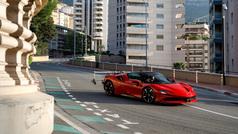 Charles Leclerc, a 240 km/h con un Ferrari SF90 Stradale en Mónaco