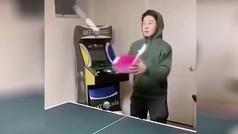 """El """"loco peloteo"""" entre dos amigos en una partida de ping pong"""