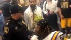 Odell Beckham reparte billetes de 100 y se enfrenta de forma burlona a un Policía