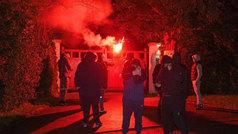 Radicales del Manchester United lanzan bengalas a la casa de Ed Woodward
