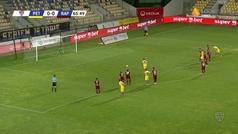 Para un penalti, se adelanta y amarilla. Para otro y roja. Sale el suplente... ¡y pasa esto!
