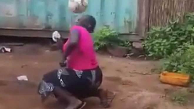 Africana sorprende por su dominio del balón