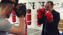El padre de Conor McGregor boxea con traje y gafas de sol
