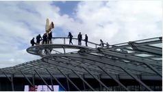 Los jugadores del Tottenham de paseo aterrador por la azotea de su estadio