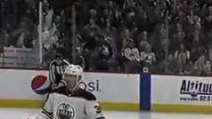 Aficionados hacen estallar un cristal de la pista en pleno partido de la NHL