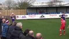 El increíble gol en el fútbol amateur inglés que está dando la vuelta al mundo