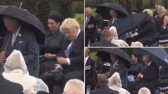 La pelea de Boris Johnson con su paraguas: la risa del príncipe Carlos lo explica todo