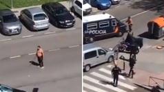 Un hombre se enfrenta a la policía con dos catanas en Moratalaz