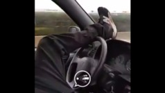 Se graba conduciendo con el pie y acaba detenido por atentado y resistencia a la autoridad