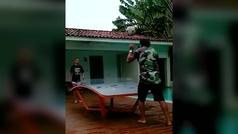 Ronaldinho se divierte jugando con su hijo al ping pong fútbol