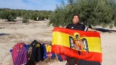 Un portavoz de Vox quema varias camisetas del Barcelona ataviado con la bandera preconstitucional