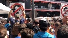 Así fue la protesta de los aficionados a la gestión de Peter Lim en los alrededores de Mestalla