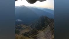El salto base imposible: a más de 200 km/h y pasando... ¡por un arco de piedra!
