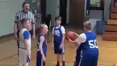 El video viral de un niño que ayuda a encestar a su compañero con discapacidad