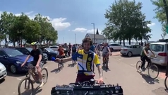 El ciclista más marchoso del 'Tour': Un DJ a pedales que levanta a la grupeta