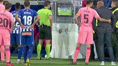 VAR 'a puerta abierta': Abelardo y los jugadores se asomaron a ver la repetición del penalti