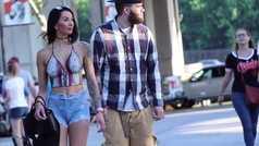 Una modelo casi pasa inadvertida paseando sin ropa alrededor de un estadio