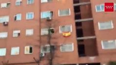 Bomberos de Parla salen a animar a los vecinos confinados y al personal del hospital