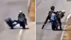 La surrealista pelea que hace flipar a Fogerty: ¡se sube a la moto del rival y le da un puñetazo!