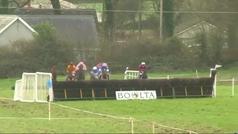 Un jockey sale disparado por encima de la cabeza del caballo... ¡y logra ganar la carrera!