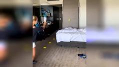 Yulia Putintseva pelotea en la habitación del hotel